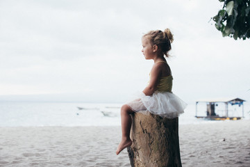 Mädchen im Tütü am Strand