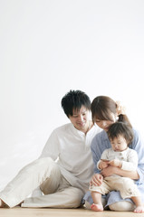 タッチパネルを操作する赤ちゃんと見守る両親