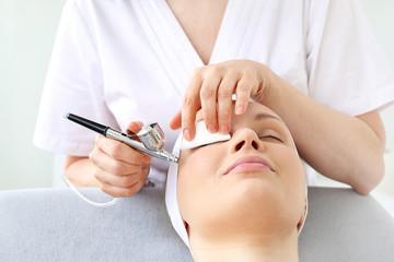 Fototapeta Biofuzja tlenowa.  Kobieta w salonie kosmetycznym podczas zabiegu pielęgnacyjnego z użyciem aktywnego tlenu obraz