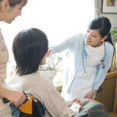 患者の診察をする看護師(訪問医療)