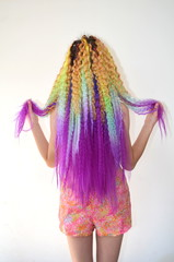 Девушка с длинным волнистым волосом окрашенный в разноцветные яркие радужные цвета. Канекалон штучный волос
