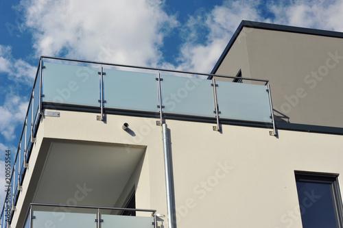 Moderner Verglaster Balkon Mit Edelstahl Gelander An Neubau