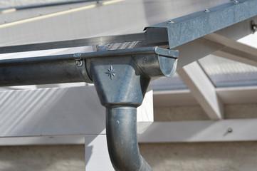 Dachrinne und Regenfallrohr aus Zinkblech an einem neuen Carport