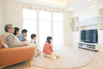テレビを見る3世代家族