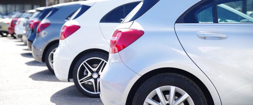 Autos in einer Reihe