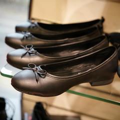 Schuhe im Regal eines Schuhgeschäftes