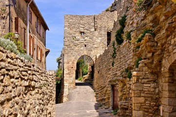 Fototapete - Ancient gate in the medieval walls of Saignon, Provence, France