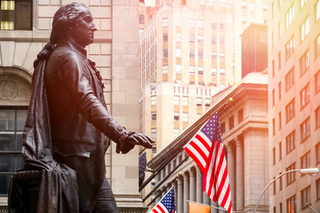 Photo sur Plexiglas Lieux connus d Amérique Wall Street in New York City at sunset with the statue of George Washington at the Federal Hall