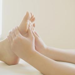 足裏マッサージを受ける女性の足元