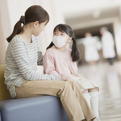 病院の待合室で順番を待つ親子