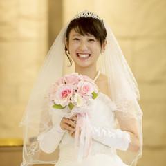 教会でブーケを持ち微笑む花嫁