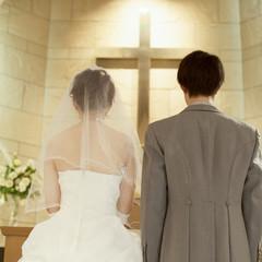 教会に立つ新郎新婦の後姿