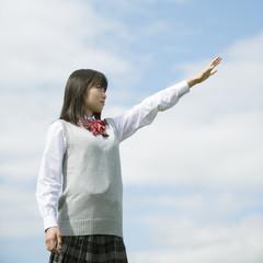 真剣な表情で手を伸ばす女子学生