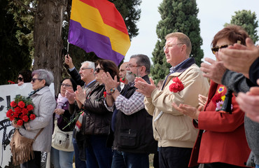 People applaud as they commemorate the 87th anniversary of the declaration of the Second Spanish Republic at the General Cemetery in Valencia