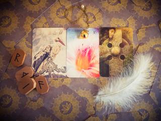 Orakelkarten mit Pendel und Runen
