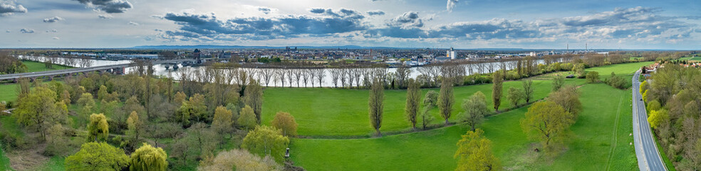 Hessisches Rheinufer vor der Rheinlandpfalztag Stadt Worms