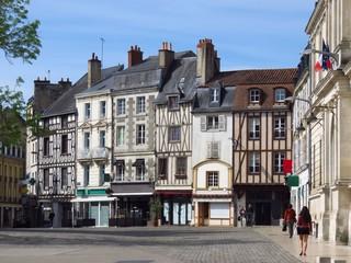 Centre ville de Poitiers, avec des maisons à colombage sur la place Charles de Gaulle (France)