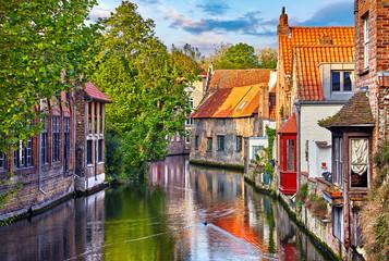 Brugia, Belgia. Średniowieczne starożytne domy wykonane ze starych cegieł - 200685379