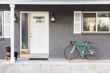 Turquoise bicycle or bike on front porch Fototapete