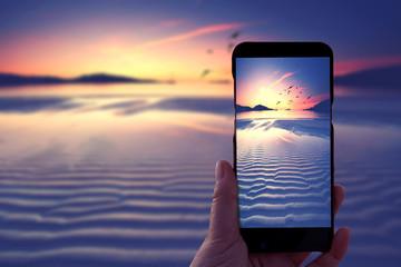 Fotograf hält sein Smartphone zum Fotografieren