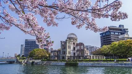 広島、世界遺産、平和記念公園、原爆ドーム、元安川、春、桜