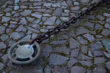 Eisenkette Anlegestelle Befestigung mit Kette aus Eisen fest und sicher am Anleger verankert. Ankerpunkt zum festmachen. Fest gekettet.