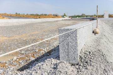 Randstein aus Granit auf der Baustelle