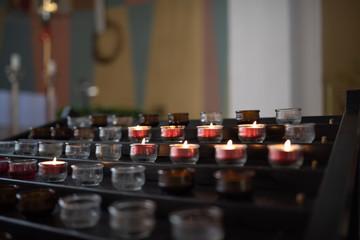 Brennende Opferkerzen in einer Kirche