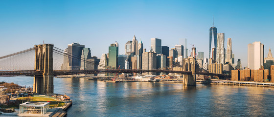 Fotomurales - Brooklyn bridge and Manhattan at sunny day, New York City