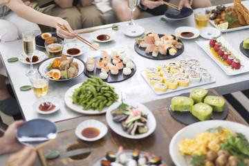 ホームパーティーを楽しむ人の手元と料理