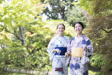 浴衣を着た外国人観光客と日本人女性