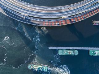 船と車と桟橋の俯瞰。