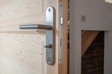 Poignée métallique sur une porte en bois