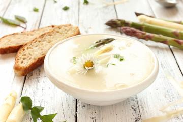 frische Spargelsuppe Spargel Suppe Spargelcremesuppe Tisch Kräuter Blüten