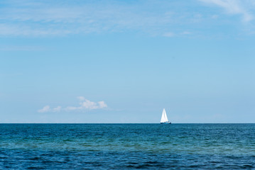 Meer mit Segelbot
