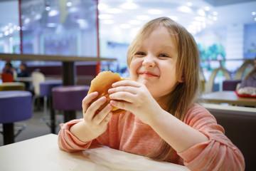 Little girl eating a gamurgeur