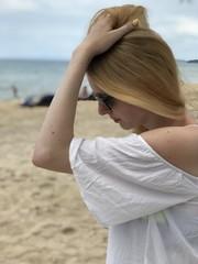 Femme cheveux coifure lunettes soleil