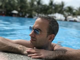 Homme lunettes soleil piscine