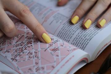 Livre ongle jaune femme