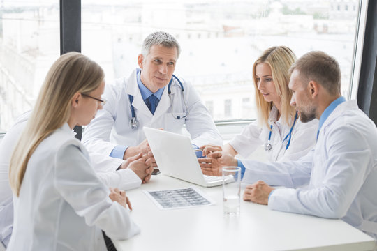 Group of medics discuss x-ray scan