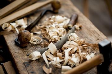Vieux outils de menuiserie et copeaux de bois