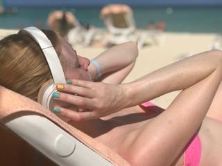 Femme musque écouteur ongles rose sexy