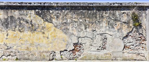 Typische toskanische Gartenmauer
