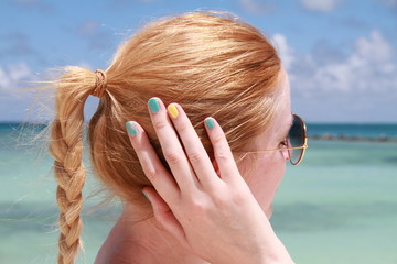 Femme coiffure cheveux ongles mer plage