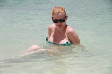 Femme en bikini à la mer