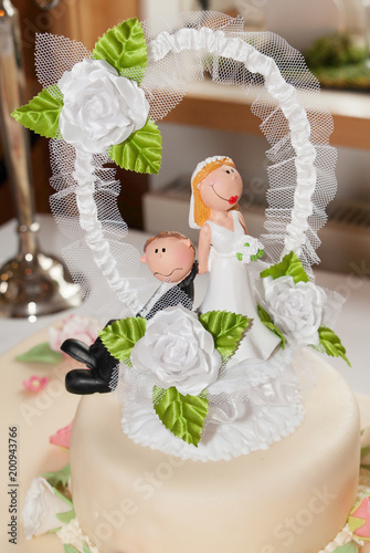 Brautpaar Auf Hochzeitstorte Stock Photo And Royalty Free Images On