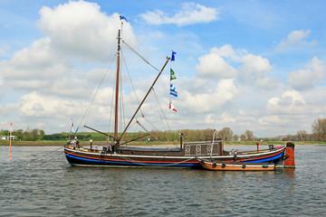 Aalschooker auf dem Rhein bei Monheim