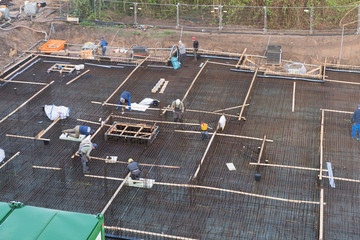 Vorbereitungen und Installation von Eisen zum Gießen des Fundaments eines Bauwerks
