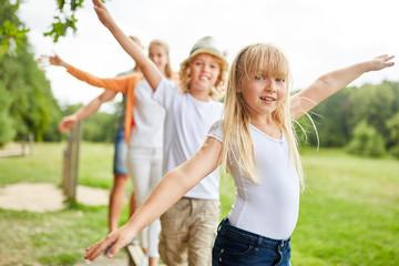 Mädchen mit Familie beim balancieren