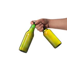 Obraz dwie butelki piwa w dłoni - fototapety do salonu